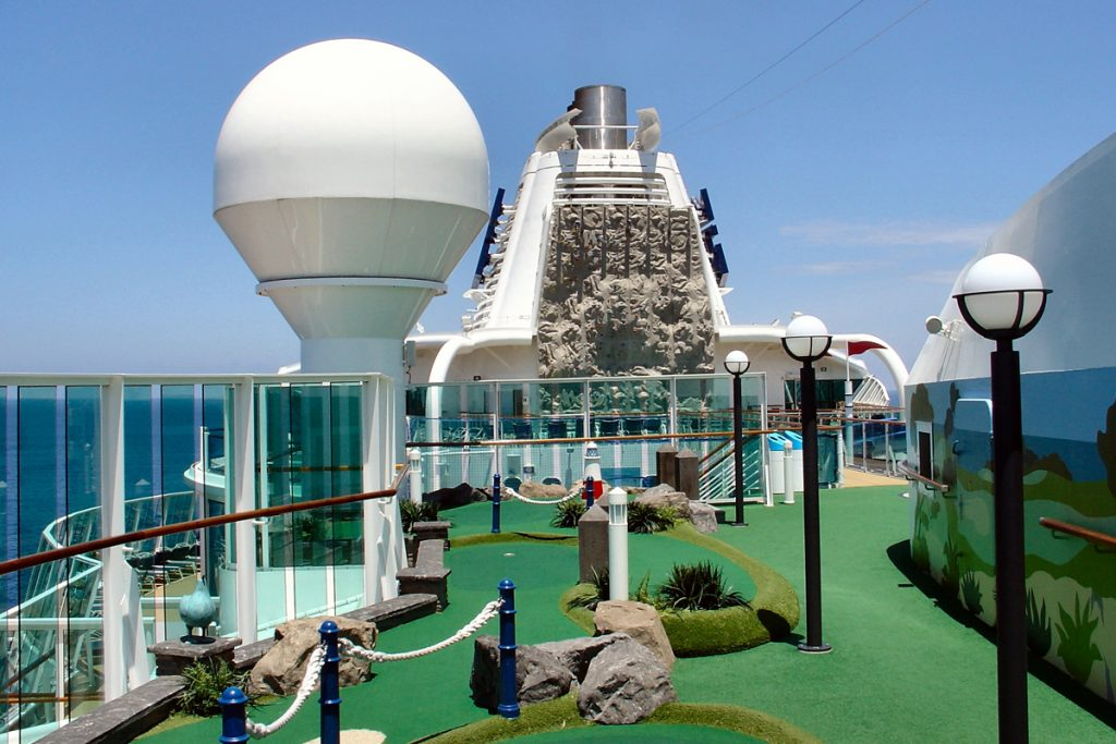 Minigolf on cruise